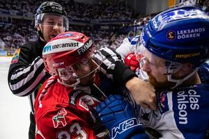 Moras Tomas Skogs och Leksands Mattias Ritola i en batalj under den andra matchen i SHL-kvalet. Foto: Daniel Eriksson/Bildbyrån
