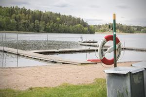 Lommarbadet i Norrtälje är ett av två bad som kommunen nu avråder allmänheten från att bada vid.