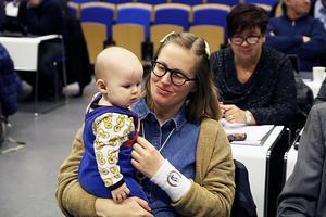 Dotter Ingrid har ibland fått följa med mamma Lindvi Forsberg till kommunfullmäktige i Edsbyn.