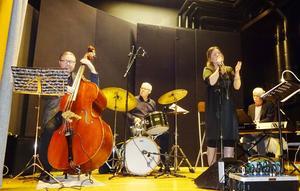 Sune Wiklund kontrabas, Sten Öberg trummor, Thomas Olsson digitalpiano och Maria Bervelius kunde alla kvittera ut högsta betyg av en hänförd publik, som fick vara med om en jazzkväll man bär med sig lång tid framöver. Foto: Christina Häggkvist