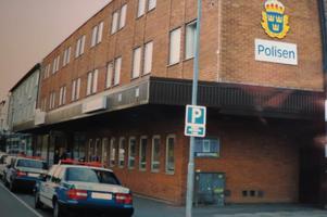 Nynäshamns polisstation med polisfordon från 1990-talet. Foto: Max Möllerfält