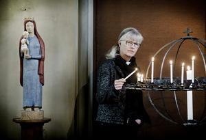 Örebros kyrkoherde Ewa Selin tycker att man ska gå i kyrkan flera gånger i påsk - följa det stora dramat på plats.
