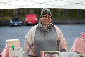 Sofia från Södertälje sålde scrapbooks, handgjorda kortaskar och små kistor som hon gjort själv på Turinge marknad 2019.