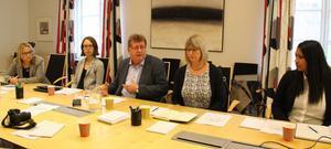 Gruppledarna i nya majoriteten Monica Lundin (L), Elina Brodén (MP), Jan Bohman (S),  Karin Örjes (C) och Nicole Skoglund (Ofa). Men Elina Brodén mister  sin plats i fullmäktige.