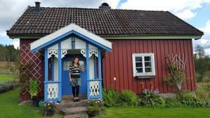 Anna vid ett soldattorp i Senåsa nära Borås, där hennes farmors farfar Johan Carlos var soldat och farmors far Claes Victor föddes.