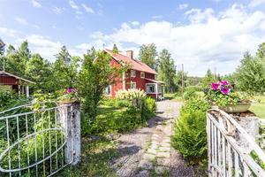 Foto: Malin af Kleen. Det lilla torpet i Ås med tillhörande extrahus lockade 29 familjer på visningen, berättar mäklare Linn Sander.