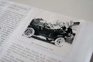 """Bilden på bilen är från 1914. """"Bara de äldsta spelarna fick åka bil till matcherna. De övriga cyklade till Fagersta och till Avesta."""""""