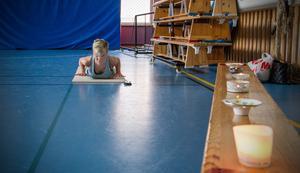 Yoga hjälper både kropp och hjärna. Theresia säger att det inte behövs några förkunskaper. Här intill några brinnande värmeljus som skapar lugn stämning.