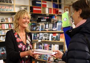 Kundmötena blir många för författaren och chefredaktören Pamela Andersson under besöket i Sundsvall.