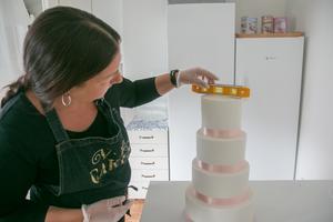 Här kontrolleras tårtans rakhet med vattenpass.