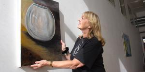 Christel Bäckman målar gärna stilleben i sitt arbete med färg och form.