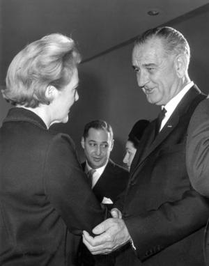 Agda Rössel hälsar på USA:s nyblivne president Lyndon B. Johnson vid ett i möte i FN-huset 1963.Foto: Pressens Bild / TT