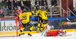Kalle Östman gav VIK ledningen redan i den andra minuten mot Västervik. Här firar han med Marcus Bergman som stod för assisten.