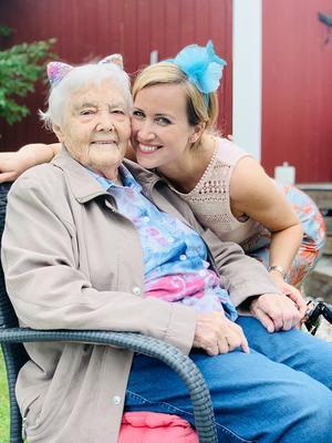 Lilly Hedman på sitt barnbarnsbarns, Isabellas, femårskalas i somras, tillsammans med Jessica Hedman.