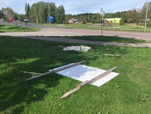 Även vid infarten från riksväg 66 och ytterligare två platser i centrala Smedjebacken hade valplakaten rivits omkull.