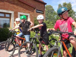 Ett gäng grabbar i klass 1 och 2 hade cykeluppvisning innan musiken drog igång. Ett mycket uppskattat inslag tyckte den livligt applåderande och busvisslande publiken.