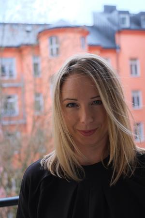 Annika Widholm deltar vid bokfesten på biblioteket.