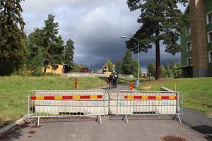 Efter något dygns arbete i rondellen tvingades kommunen spärra av cykelvägen – för att bilister inte skulle åka där.