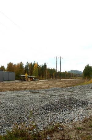 """Här ska den nya bensinmacken i Backe byggas. Arbetet med att färdigställa anläggningen har redan påbörjats. """"Om fem dagar kommer macken stå klar, men det beror också på hur arbetet flyter"""", säger Jan Bagge. Foto: Jonas Ottosson"""