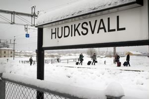 Tåg till och från Hudiksvall har varit försenade med flera veckor under 2012.