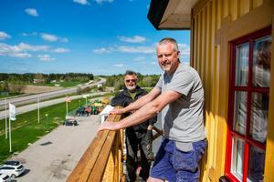 Under vintern har Asbjörn Sjöö och Håkan Zaar jobbat på det speciella bygget i en industrilokal i Essvik. I slutet av maj fraktades tornet i olika sektioner och monterades på plats i Myre.