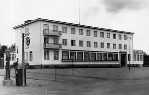 Delen längst mot öster var från början uppackningsrum för handelsresande. Två våningar har byggts till och idag är där frukostmatsal, enligt Daniel Olsson. Foto: Harald Loqvist/ Ljusdalsbygdens museums arkiv