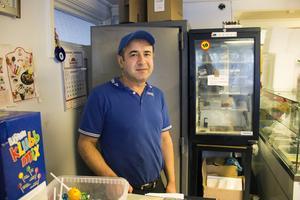 Ramazan Gönültas, som äger Agagrillen i Sandviken är en av handlarna som väljer att sluta med tobaksförsäljning efter nya lagkravet.