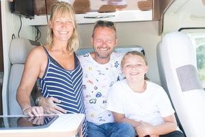 Eva, Bengan och Allan Janson, sittandes i familjens husbil som de turnerar i.