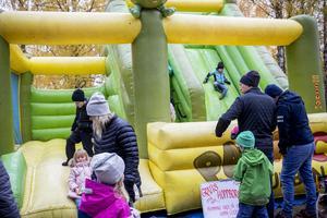 Den stora hoppborgen var populär bland barnen.