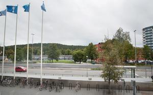 Vid stadshuset finns en cykelparkering, något som behövs vid stationsområdet. På den gröna kullen mellan Nyköpingsvägen och stationsområdet vill kommunen även bygga ett parkeringsgarage  i stället för den markparkering som finns i dag.