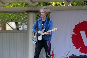 Artisten Love Antell avslutade Vänsterfesten med att underhålla  från scenen i Stadsparken.