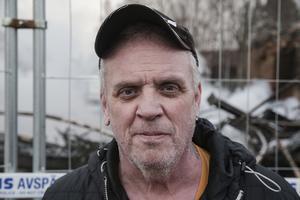 Mikael Eriksson gick upp en kort stund på natten och upptäckte då att det var fullt med rök i parets vardagsrum.