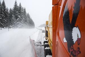 Snön vräks åt sidan och snöröken ligger tät efter lastbilen. Långa köer bildas, och ibland händer det att bilister försöker köra förbi.
