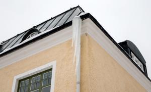 På flera håll i Norberg varnas det för fallrisk från taken; så även vid den här fastigheten, där två stora istappar riskerar att falla ned.
