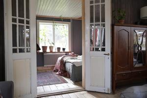 Pardörrarna mellan vardagsrummet och gästrummet är gamla ytterdörrar som satts in för att släppa in ljus. Foto: Anders Wiklund/TT