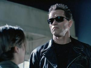 John Connor (Edward Furlong) finner en förebild i sin beskyddande terminator (Arnold Schwarzenegger). Foto: StudioCanal