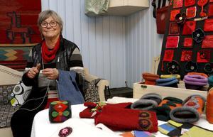 Ulla Jansson broderade, sydde och stickade i Dalkarlshyttan. Händernas arbete ger ro till och med hos den som tittar på hantverkandet.