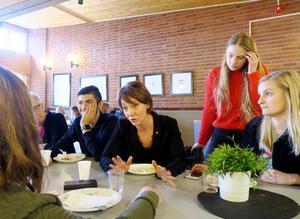 Under sitt besök på Alléskolan samtalade Matilda Ernkrans med både lärare och elever. I matsalen efteråt fortsatte diskussionerna länge och väl, om varför man ska engagera sig och hur. Här ses Sam Mubarak, Linnea Äregård och Lisa Johansson.