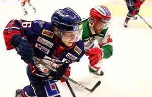 Mathis Olimb, Linköping, och Moras Jacob Nilsson i senaste mötet mellan klubbarna. Då vann östgötarna med 1–0. Foto: Peter Holgersson/Bildbyrån