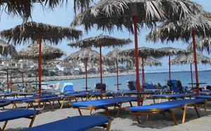 Tomma solstolar väntar på turisterna. Bilden är från Sitia på Kreta under lågsäsong 2018. I år har solstolarna inte ens ställts ut.Foto: Lennart Götesson.