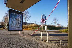 Den här busskuren på Norra Kungsgatan väntade fortfarande på reparation under tisdagsmorgonen. Glaset var uppsopat men ingen ny ruta på plats.