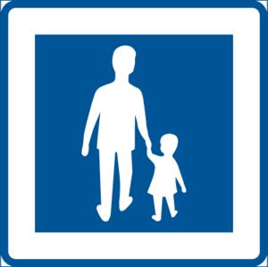 Upplysningsmärke för gågata. Här får du cykla i gångfart . Cyklist har väjningsplikt mot gående. Märket är ganska nytt och ersätter undan för undan de gulröda skyltarna