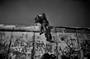 En kyss på Berlinmuren, som föll för 30 år sedan. Fotografiet av Guy Le Querrec visas på utställningen