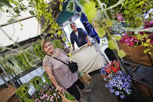 Gunnel Nyström köpte blommor i Per-Erik Olssons stånd.