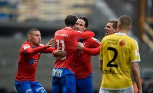 Hallenius jublar efter ett mål i Helsingborg. Året i HIF blev dock ingen succé och laget åkte ur Allsvenskan. Bild: Björn Lindgren/TT
