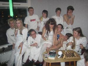 Nyåren 2005 och 2006 ställde LG2S-kollektivet till med stora fester dit folk från stora delar av Sverige kom. På den senare var temat vita kläder och vapen, inspirerat av Kents då senaste turné. Bild: Privat.