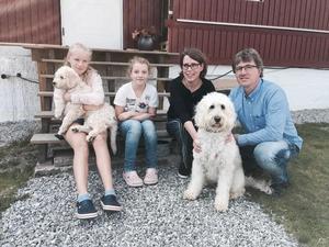 Elsa med valpen Luna i famnen, lillasyster Clara, mamma Ann-Catrin, pappa Johannes och hunden Livia. Foto: Privat