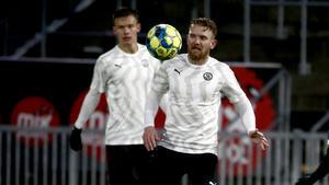 Michael ALmebäck och Arvid  Brorsson (t v) hade svårt att hålla koll på den lille mittfältaren Patrik Karlsson Lagermyr.
