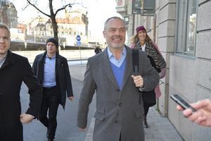 Liberalernas partiledare Jan Björklund anländer till Gamla Stan för ett möte på söndagen.Foto Anders Wiklund / TT
