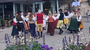 Glada toner och raska danssteg på Holmtorget.